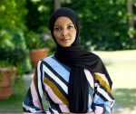 Für mehr Diversität in der Modebranche – Supermodel Halima Aden trifft Moededesigner Tommy Hilfiger