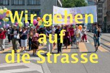"""Die """"Grossmütter"""" und älteren Frauen gehen mit ihren Familien auf die Strasse"""