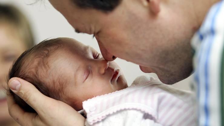 Der Mittelweg für den Vaterschaftsurlaub – 2 Wochen Papi-Zeit