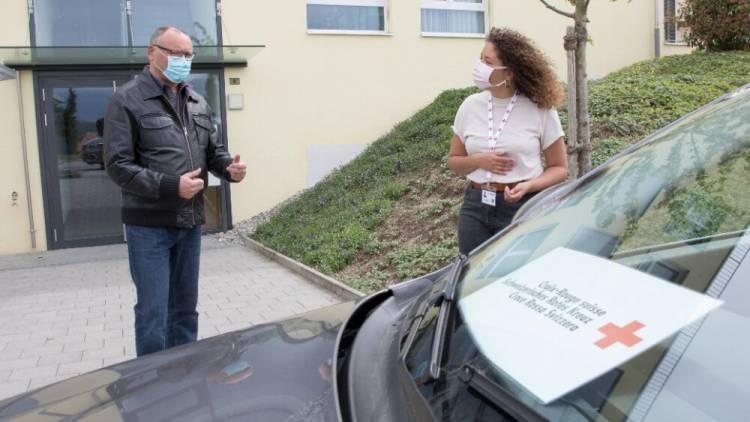 Übergabe der Nachbarschaftshilfe-Plattform hilf-jetzt.ch an das Schweizerische Rote Kreuz
