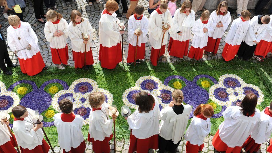 Frauen und Mädchen für Hilfsdienste in der katholischen Kirche anerkannt