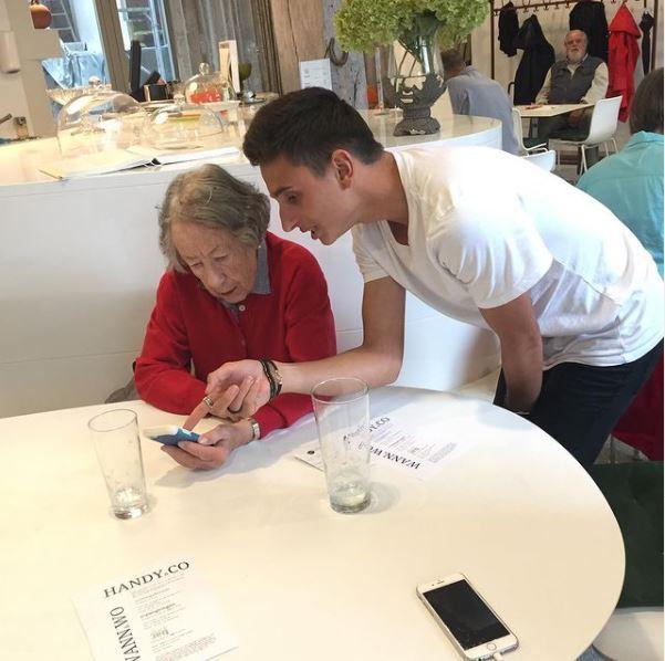GenerationenDialog – Junge Menschen vom Motivationssemester rheinspringen unterstützen unsere Gäste im Umgang mit dem Smartphone